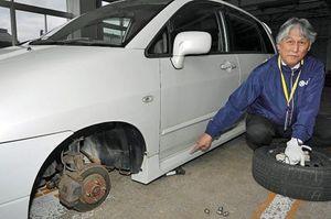タイヤ交換時の「ジャッキ外れ」によってバンパーなどの破損に加え、車体の下敷きになる危険もあると指摘する竹鼻さん