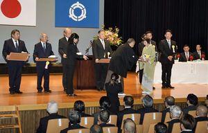 金澤町長が関係者に感謝状を手渡した新庁舎落成式典=24日、大間町の北通り総合文化センター「ウイング」