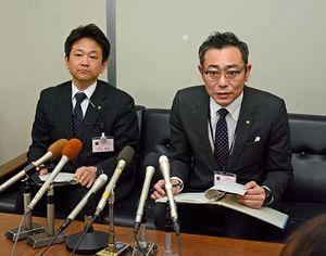 弘前市職員の個人情報が漏えいしたとみられる問題について記者会見する堀川人事課長(右)