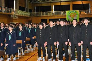 創立60周年記念式典で校歌を斉唱する生徒たち