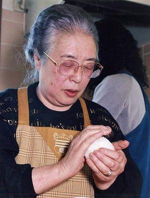 おむすびを握る佐藤初女さん=1998年撮影