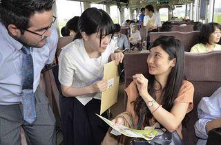 英語パンフで津軽鉄道の魅力紹介 五所川原の高校生製作