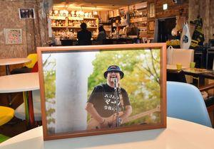 「MARRS」の店内には、初代オーナーの鈴木さんの写真が飾られている