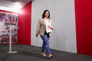 19日、ペルー・リマで大統領選決選投票結果判明後の記者会見を終えたケイコ・フジモリ氏(ロイター=共同)
