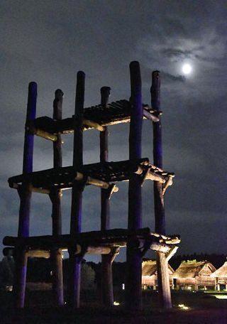 中秋の名月、縄文遺跡を照らす/青森・三内丸山