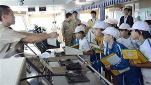 シルバーティアラの操舵室で船の操縦について学ぶ児童ら