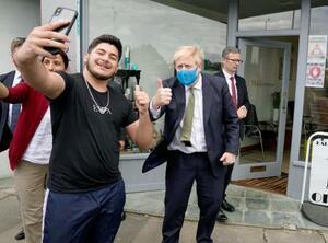 10日にジョンソン英首相のツイッターに投稿された記念撮影するマスク姿の同氏(共同)