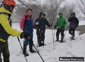 小田桐さん(左)からスノーシューでの歩行方法を教わる「津鉄ア・モーレ」の若手職員ら