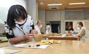 縄文土器作りを学ぶ参加者たち