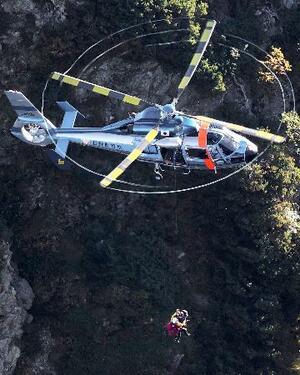 北アルプス槍ケ岳の北鎌尾根で身動きが取れなくなった人たちを救出する長野県警のヘリコプター=20日午前6時28分(共同通信社ヘリから)