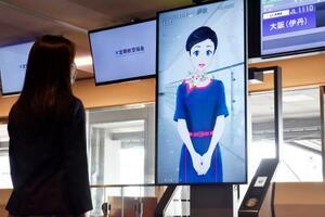 搭乗口で乗客の対応をする地上スタッフの「アバター」=15日、羽田空港