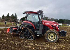 実演会で披露された無人で畑を耕す自動運転トラクター