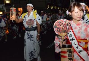 「弘前城ミス桜」とともに街を練り歩く