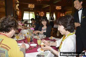 テーブルマナーについて、舘山さん(右)の説明を聞きながらランチを味わう参加者たち