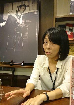 「太宰はいつまでもミステリアス」と吉永さん。後ろは林忠彦が撮影した太宰の写真=東京・三鷹市
