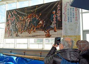 八戸駅に設置された八戸えんぶりの大型バナーフラッグ