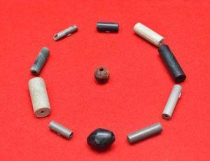 猪ノ鼻1遺跡の土坑墓から出土した玉類