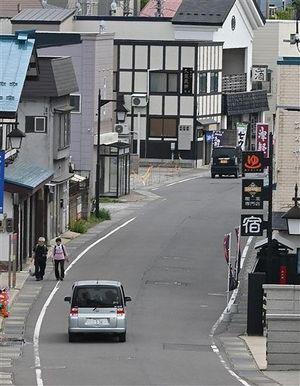 休日でも人通りが少ない青森市の浅虫温泉街。早く大勢の観光客が戻ってくることを関係者は祈っている=17日