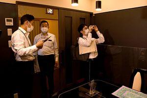 浪内社長(左から2人目)への聞き取りや目視で店内の感染防止対策を確認する認証チームの職員ら