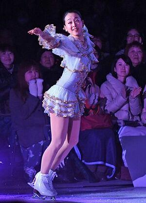 優雅な演技を披露し大勢の来場者を魅了した浅田さん=19日午後、青森市の盛運輸アリーナ