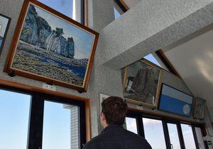 絵画が飾られたアルサスの展望室