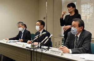 昨今の感染状況の見解を述べる大西医師(右端)=7日、県庁