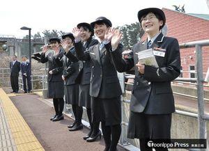 笑顔で手を振り「リゾートしらかみ」を見送るウェスパ椿山駅の観光駅長たち