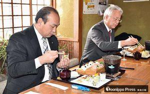 前菜を一新したガリステごはん2018バージョンを試食する山本町長(左)