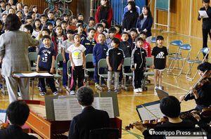 「テレマン室内オーケストラ」の伴奏で合唱する児童たち