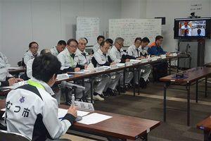 図上訓練の会議で状況を確認し合う市幹部ら