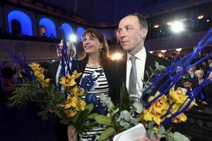 フィン人党の集会に出席したハッラアホ党首(右)=14日、ヘルシンキ(ロイター=共同)