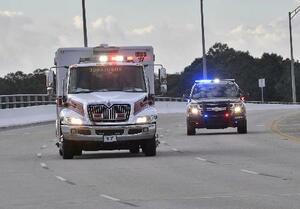 6日、米フロリダ州で発砲事件後に走行する救急車と警察車両(TONY GIBERSON/PENSACOLA NEWS JOURNAL提供・AP=共同)