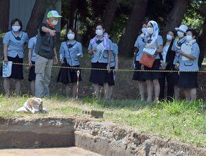 亀ケ岡石器時代遺跡で行われている発掘調査の現場を見学する弘南バスのバスガイドたち