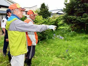 クマが通った跡を確認する平川市猟友会の会員ら=27日午後3時20分ごろ、平川市館田