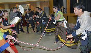 荒馬を体験する玉松太鼓保存会のメンバーら