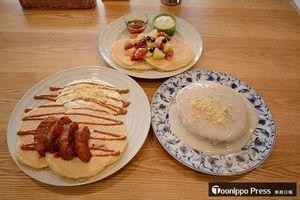 十和田店で提供される、(前列右から時計回りに)秘伝のココナッツソースがたっぷりかかったフォーティーナイナーパンケーキ、生キャラメルアップルシナモンパンケーキ、フルーツパンケーキ