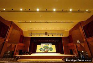 天井を改修した平川市文化センターのホール