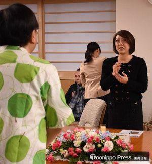 三村知事(左)に春のプログラムチャーターについて報告する李協理