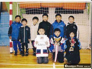 野辺地サッカースポーツ少年団に入団3年目、小学4年生のときの柴崎選手(中)