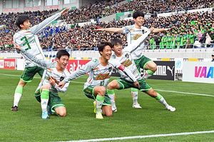 先制点の直後、青森山田の選手5人が披露した「ギニュー特戦隊」のポーズ=11日