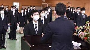 日本原燃の増田社長(手前)から辞令を受け取る相川さん