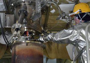 KMOCは放射性物質を扱わないため、溶けたガラスを直接、採取することもできる=ともに茨城県東海村