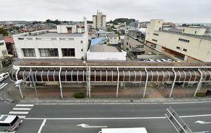 みち銀旧稲生町支店(左側の角地)。市は周囲の民有地も取得して建設用地を確保する方針を示した=6日