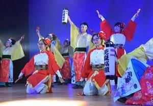 日越交流をイメージした迫力の舞を踊ったベトナム人大学生たち(赤い衣装)とAOMORI花嵐桜組のダンサーたち