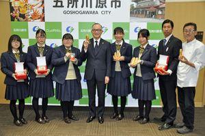佐々木市長(左から4人目)にアップルパイ完成を報告した五所商の生徒たち
