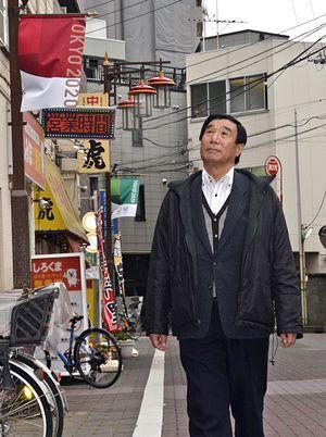 1964年東京五輪の頃に過ごした街を歩く佐藤さん=東京都大田区