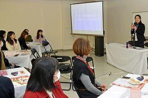 高下さん(右)から快眠のためのパジャマや専用ブラについて学ぶ参加者