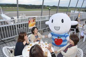青森空港キャラクター「ひこりん」もテーブルを回って盛り上げる