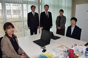 「在宅ケア研究を進め、地域に貢献したい」と抱負を語る土澤所長(右から3人目)ら研究所のスタッフ