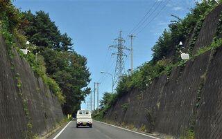 擁壁崩落の恐れ、通行止めへ/三沢・市道姉沼2号線
